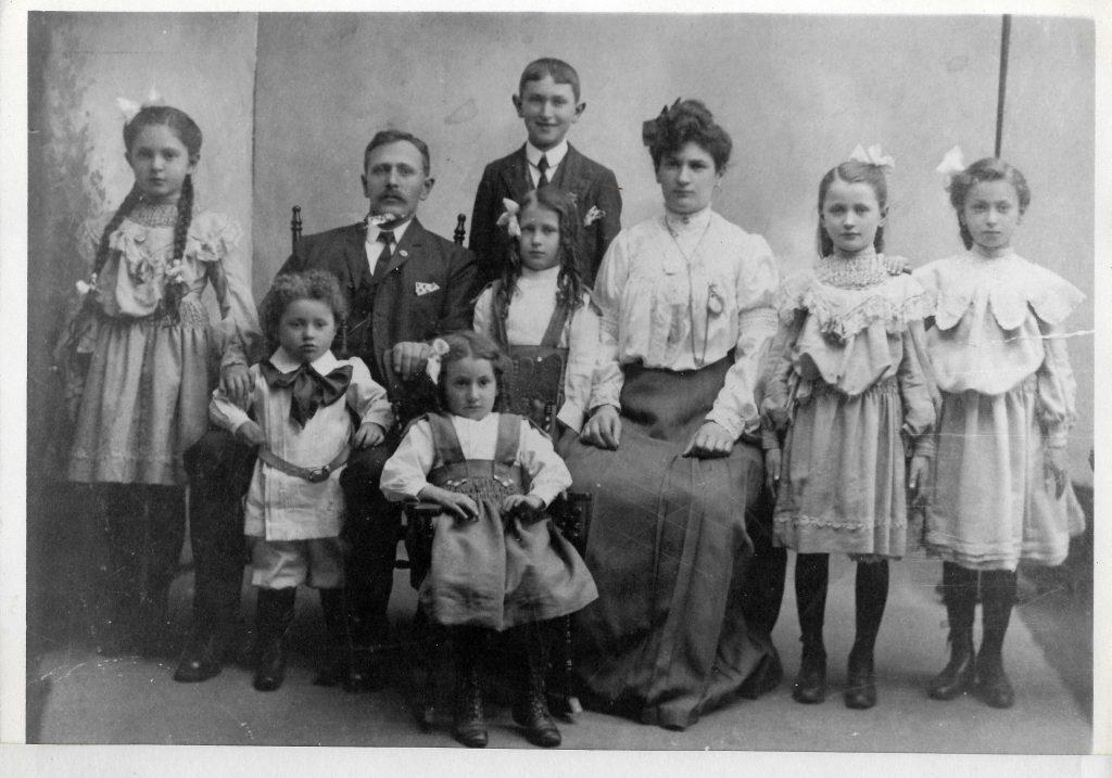 Morris and Esther Feldman's family in 1907